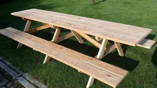 Rustikaler Gartentisch, mit Bänken für 12 Personen