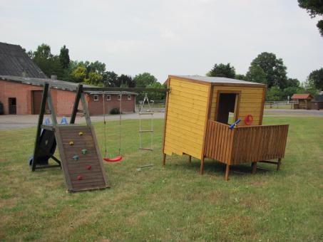 """Spielhaus """"Blanker Hans"""" mit Schaukel & Klettergerüst"""