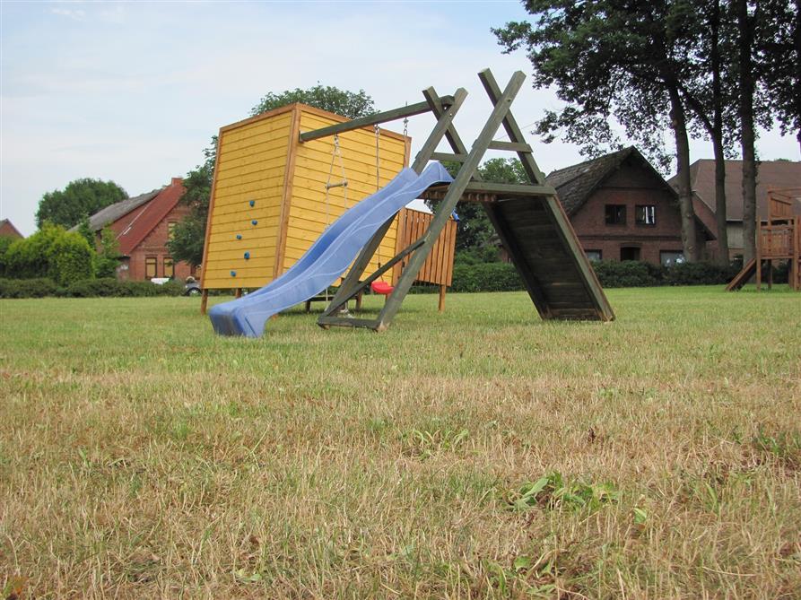 Klettergerüst Terrasse : Kinder spielen auf modernes hohes klettergerüst mit seilen und